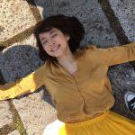 石田ゆり子がインスタで公開した石畳に寝転がる写真が話題に