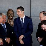 クリスティアーノ・ロナウドさん、自分の銅像を見て爆笑する