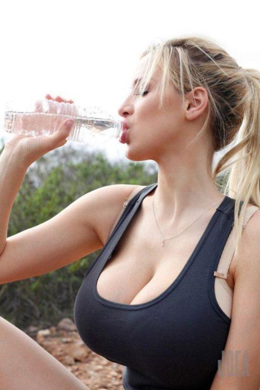 【画像】ペットボトルで水を飲むエチエチ外国人巨乳女性w