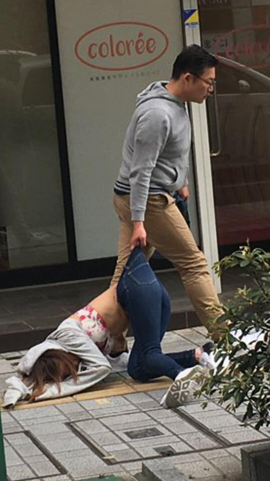 【画像】駅前で女性をボコボコにし、引きづる男が撮影される