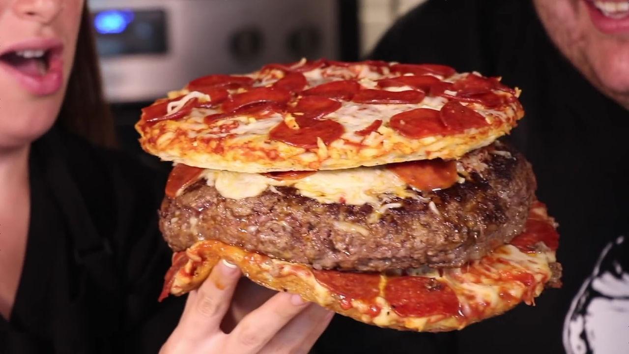 【画像】アメリカ人「ハンバーグにピザ入れたろwww......せや!それピザで挟んだろwwwww」