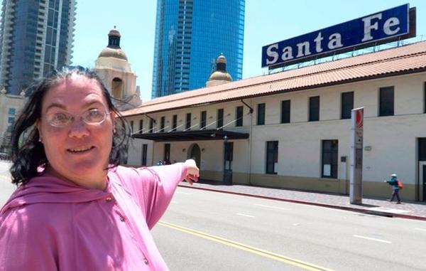 【画像】大好きな駅と結婚し性行為をしたポニーテールの美女が話題に