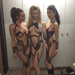【画像】全裸にテープを巻くだけのファッションがアメリカで流行中wwwww