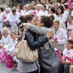 【画像】同性愛反対集会の前でホモセクシュアルのカップルが堂々とキスwww