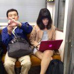 【画像】電車の優先席でノーパソいじってる女wwwww
