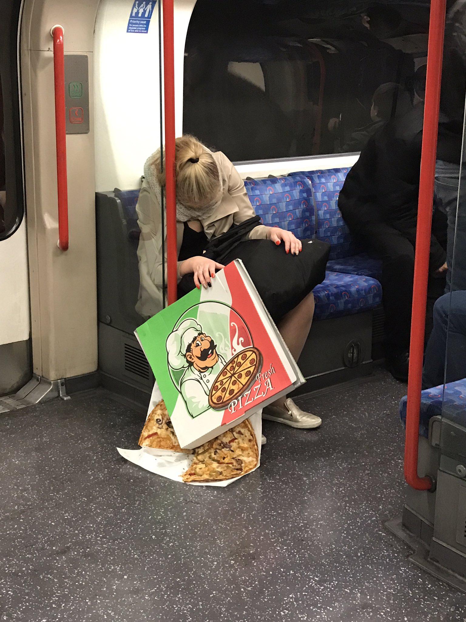【画像】女子、電車内でピザをぶちまけてしまうw