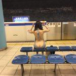 【画像】女子、ドエロい格好で地下鉄に来てしまう
