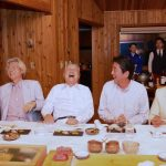 【画像】安倍首相の夏休み、とんでもない面子がそろう