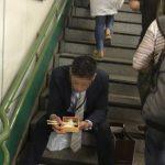 【画像】「駅で弁当食べてる人がいた。信じらんない(パシャ」