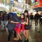 【画像】渋谷ハロウィン 女子高生とフリーハグに男殺到でキスも 警察さんはお咎めなし