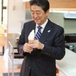 【画像】アイスを食べる安倍総理の顔がくっそ幸せそうだと話題に