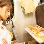セクシー女優・桃乃木かなさん、また新幹線で駅弁を3つ食べる