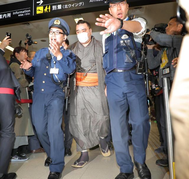 日馬富士登場で騒然とする羽田空港、一般客は「ビール瓶持って出てきたらどうしょう」と怯える