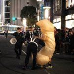 【画像】渋谷でちんぽのコスプレをした男、警察に職質されるwwww
