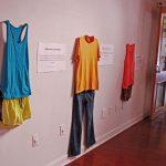 【画像】レイプ被害者女性が「レイプされたときに着ていた服」の展覧会を開催