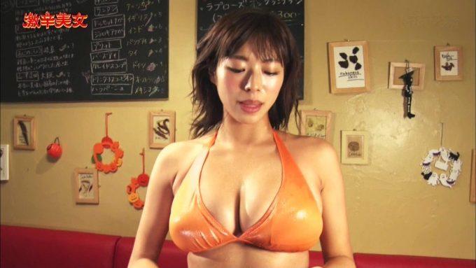 【画像】おっぱいちゃん、汗だくで激辛料理を食べる姿がエチエチwww