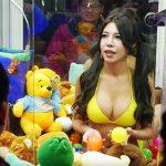 【画像】美人女子をUFOキャッチャーの中に入れたら大絶賛wwwww