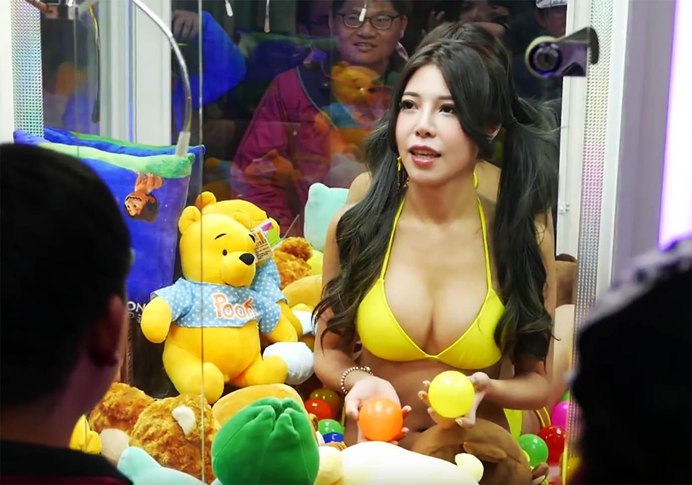 【画像】美人女子をUFOキャッチャーの中に入れたら大絶賛wwwwww