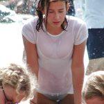 【画像】ロシアのJK、真冬に噴水で遊んで透け透けになってしまう…