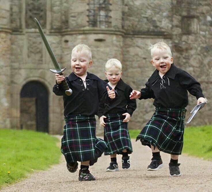 【画像】スコットランドの子供たち、剣を手にする