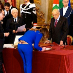 【画像】イタリアの女性大臣、調印する際にパンツが見えてしまう