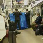 【悲報】電車内で女性が出産するも、周りに座っていた男性に批判の声が集まる