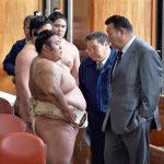 相撲協会「貴乃花部屋の力士が私服で出歩いてたから注意したったわw何が相撲道だよw」