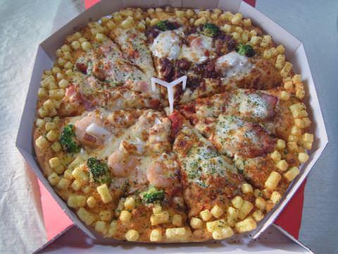 【画像】このピザ30分で一人で食べたら無料!やりますか?