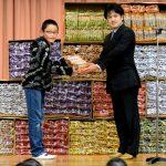 【感動】おっさんが小学校にうまい棒1万本を寄贈!その驚きの理由とは?