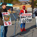 【画像】スパイダーマン姿で路上に1000日、反戦訴える男性(69)