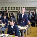 【画像】72歳の女子高校生、無事卒業。