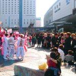 【画像】岡山駅前に群がる「特攻服」の中3 恒例化「ど派手に卒業祝いたい」