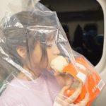 【画像】AV女優・桃乃木かなさん、新幹線の中で匂いが充満しないようビニール袋を被って551の豚まんを食べる