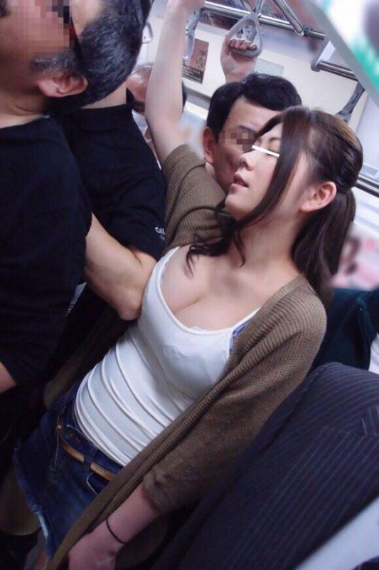 【画像】このレベルの痴女が電車に乗ってたらどうする?