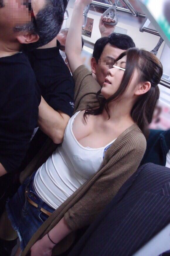 【画像】このレベルの痴女が電車に乗ってたらどうする???