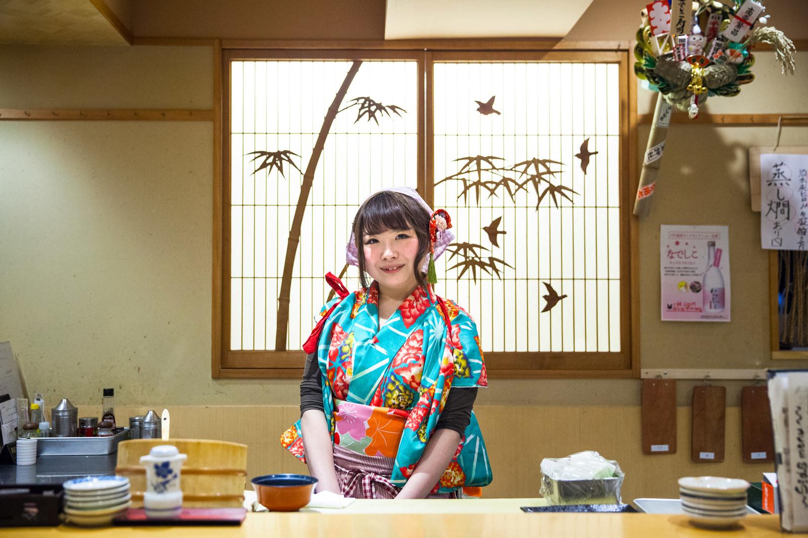 【画像】女性寿司職人「化粧してオシャレな格好で寿司を握っちゃダメなんですか?」
