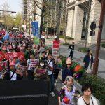 【画像】フェミ女さん、関西で大規模デモしてまう 「男も家事しろ!」「支配されるのはウンザリ」