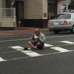 【画像】おっさん、飯食ってる途中で転送される