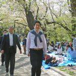【画像】安倍総理、代々木公園で桜を鑑賞 花見客から「頑張ってください」の声 主婦達に囲まれ写真も