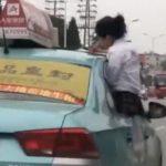 【画像】女子高生が走行中のタクシーから箱乗りし車の屋根で勉強