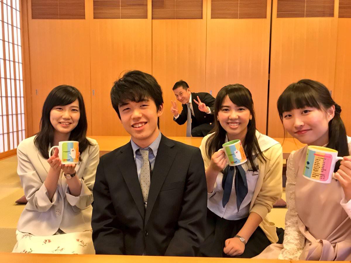 【画像】藤井六段 女に囲まれて、にやける