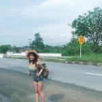 【画像】タンクトップとショートパンツで旅してるえちえち巨乳女www