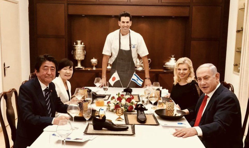 【悲報】安倍晋三さん、イスラエルの晩餐で皿の代わりに革靴に食い物を入れられる