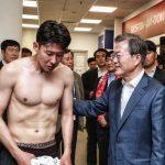 【悲報】ムン大統領、韓国選手のロッカールームに急に現れ「ファインティング!」を強要してしまう