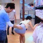 【画像】浜田雅功、番組収録中にグラビアアイドルの尻を堂々と触ってしまう