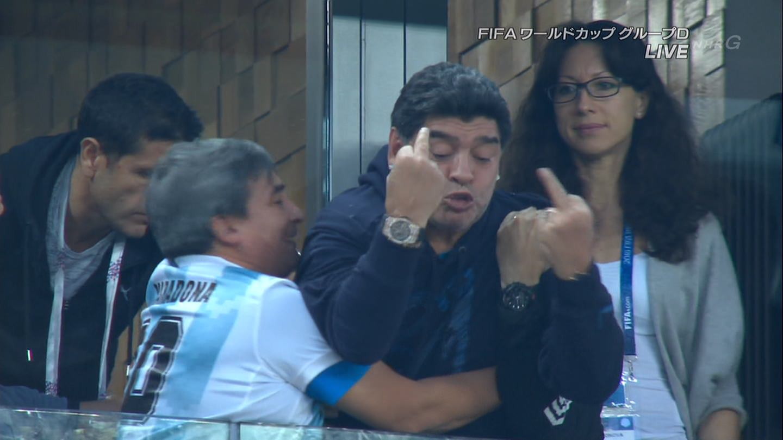 【画像】マラドーナ、中指を立てている姿を全世界に放映されてしまう