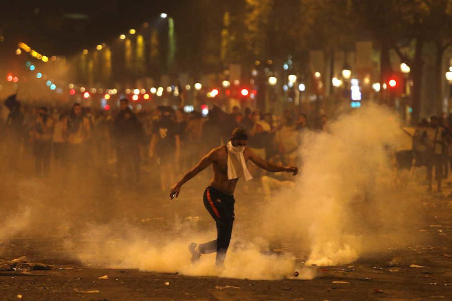 W杯優勝でフランス人暴徒化 略奪、泥酔、全裸、死のダイブなど各地で混乱