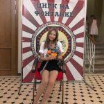 【画像】韓国女優がロシア旅行で集中線の描かれた背景の前で写真撮影→「旭日旗だ!」と批判殺到し削除