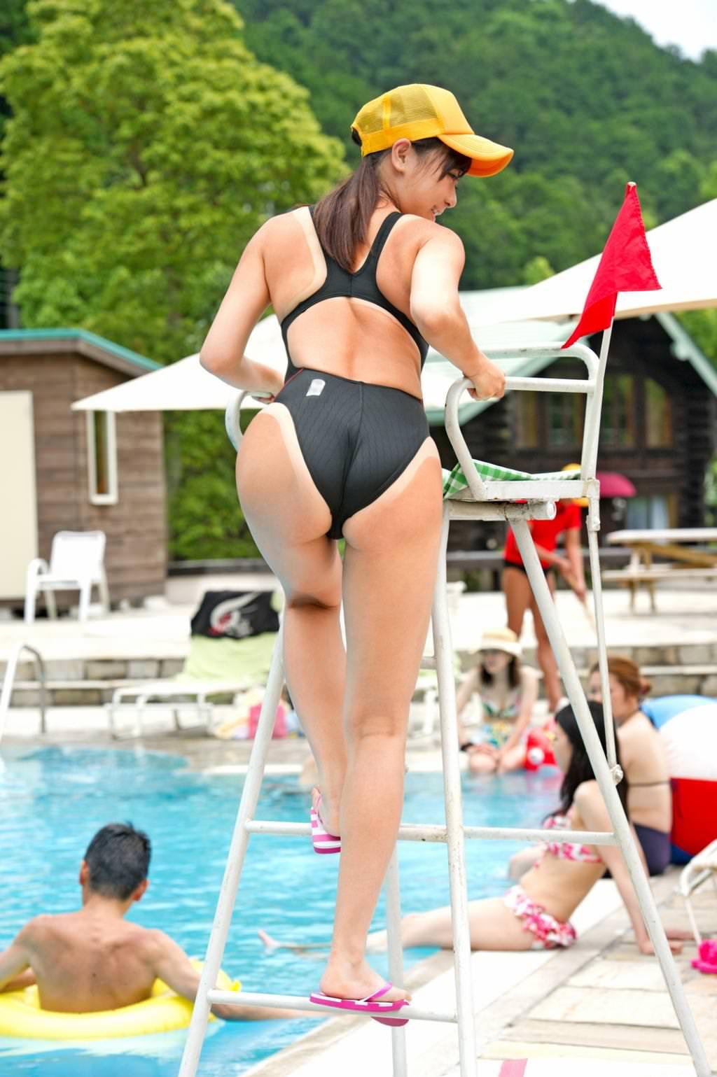【画像】えちえちなプール監視員のお姉さんがコチラw