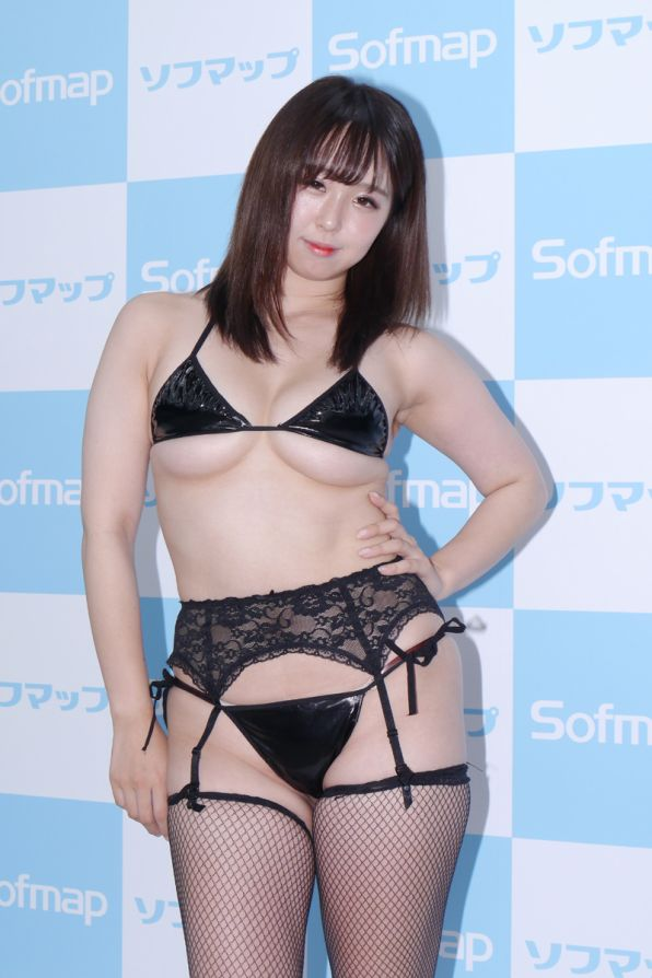【画像】ソフマップに下乳の神が降臨!!!